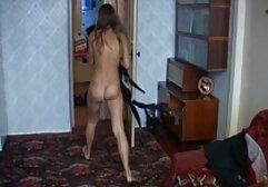 Stripper tetona en el escenario provocando y consolando el anal casero amateur coño