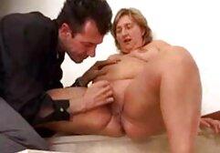 Adolescente sexy con un estante anal doloroso casero decente masturbándose al aire libre